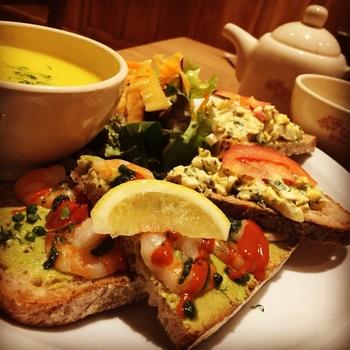 レストランの名物はオーガニック小麦のウィートパンにさまざまな具材がのった「オープンサンド・タルティーヌ」。他に、ヴィーガン対応メニューも。