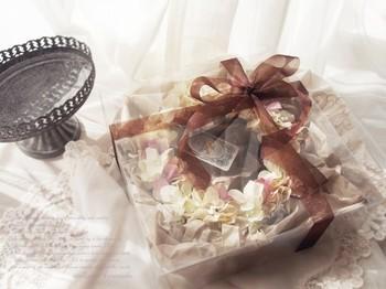 落ち着いた色合いの紫陽花リース。ラッピングも自由自在で気軽にプレゼントにできるのも魅力。