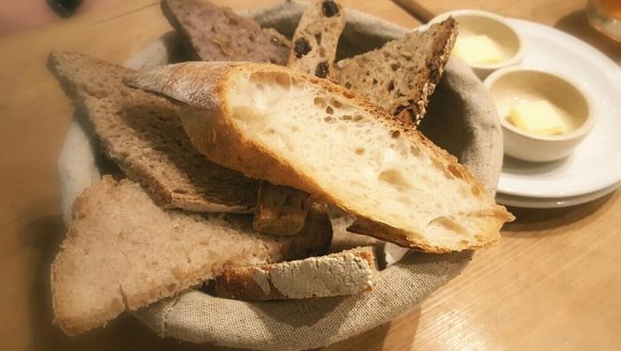 バゲットやライ麦パンなどシンプルなパンをぜひ食べてみてください! 噛むたびに味わいが感じられるパンはいつまでも食べていられそう。パンの盛り合わせは店内でもいただくことができます。コーヒーや紅茶もおいしいので、ぜひパンと一緒にどうぞ。
