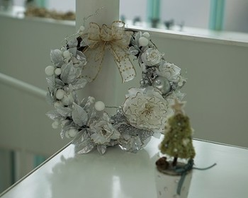 クリスマスコーナーに飾られた、冬らしいシックなリース。 くすんだ色合いが、大人の落ち着いたクリスマスのイメージです。