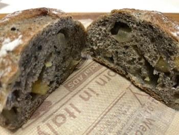 ハード系のパンもファンが多い商品です。こちらはさつまいもとりんごが入ったポムパタート。バゲットやクロワッサンなど定番商品もおさえておきたいところです。