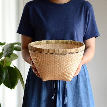竹から切り出した、薄い竹ひごで編まれたかごは、とても軽くて持ち運びが楽です。隙間が空いていて華奢に見えますが、きっちり竹を組み合わせ編まれているので丈夫です。