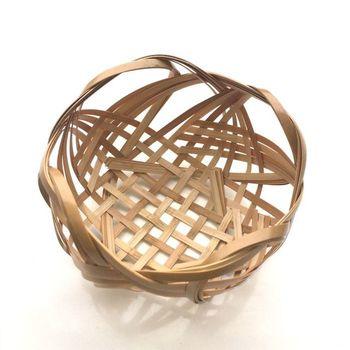 波型に編まれた、白竹のかご。お花や小物など、何を入れても素敵なインテリアになりそうなデザイン。