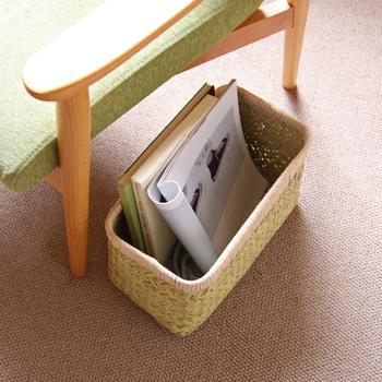 ソファーの横に竹かごを置いておくと読んでいる途中の雑誌をさっと入れられるので便利。