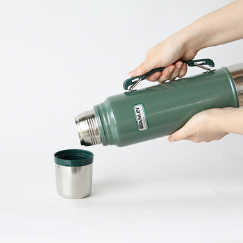 1リットルサイズには持ち手もついているので、安定して飲み物を注ぐことができます。