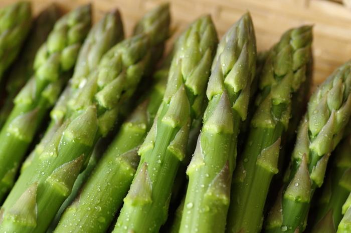 4~6月が旬のアスパラガス。この時期には、柔らかくて甘味も多い国産のものが出回ります。さっと火を通しただけで十分おいしいので、シンプルな料理がおすすめ。