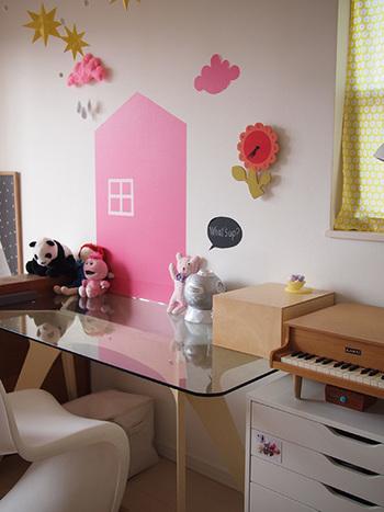 マスキングテープでデザインしたピンクのハウスがとってもキュート。星のオーナメントは、縫い針を通して天井からぶらさげています。平面と立体のバランスが絶妙なセンスの光るお部屋です。