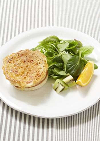 チーズ、ハム、ホワイトソースをのせて焼いたクロックムッシュ。食パンでつくるより、イングリッシュマフィンのカリッふわな食感とよく合います。休日のブランチにも良いですね。