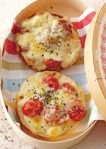 お子様メインのパーティーでも喜ばれます。みんなが大好きな具にチーズをかけてミニピザのように仕上げてみてもいいですよね。食べやすいサイズ感がちょうどいいイングリッシュマフィンのピザ風レシピです。
