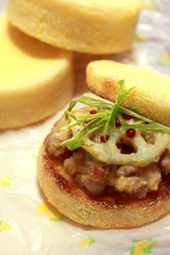 淡泊なイングリッシュマフィンは、和風テイストとも相性抜群。こちらは、鳥の柚子味噌焼きとレンコンをのせて。水菜のシャキシャキ感もクセになる一品です。
