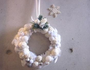 糸でちくちく縫い合わせていけばクリスマスリースもできちゃう。 大小のフェルトボールを使って大きさのコントラストを出してます。