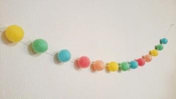 カラフルなボールを糸で通して ガーランドに。