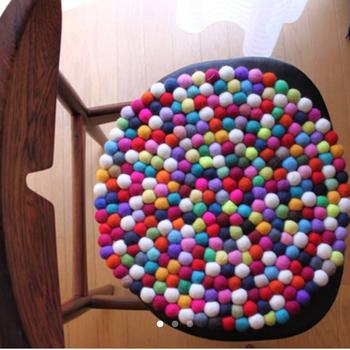 こちらは大作! フェルトボールを使ったクッション。 おしゃれなインテリアになりますね。