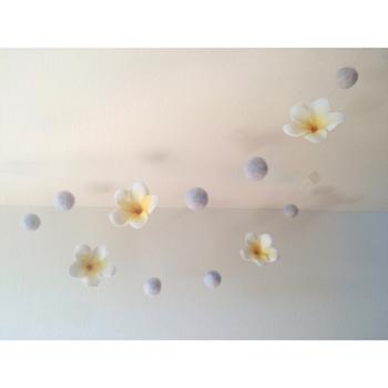 フェルトボールとプルメリアをテグスでつなげたガーランド。このように天井に飾ればモービルとしても楽しめます♪