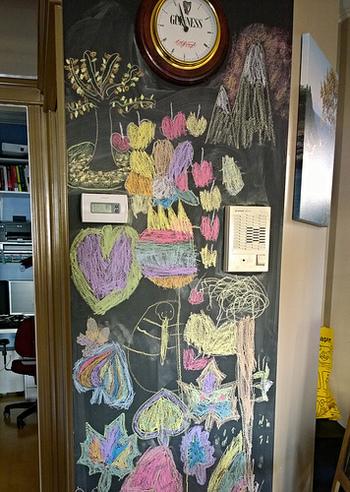 子供は壁に落書きしてしまいがち...。でも、黒板の壁を作れば、自由にお絵かきを楽しめます♪子供達の絵もお家のインテリアの一部になってくれますよ。