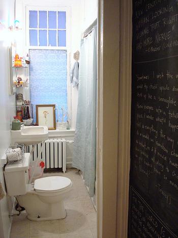 壁の一部を黒板にして。日記を書いたり、好きな言葉を書いてみたり、イラストを描いてみたりetc.お家に黒板があるといろいろと楽しめますよ♪