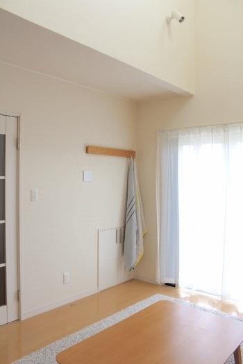 和室にはよく見られる長押ですが、洋室にはなかなかないですよね。壁に付けられる長押もインテリア上級者のおうちのマストアイテムになってきました。ハンガーをかけたり、ブランケットをかけておいたりとひとつあると本当に便利です。