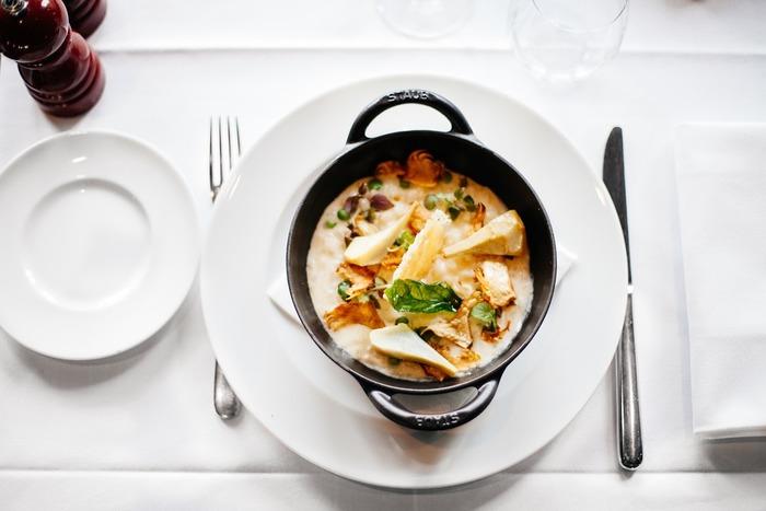 グラタンやラザニアなどのオーブン料理以外にも、いろいろなお料理に幅広く活躍するホワイトソースの作り方とアレンジレシピをご紹介します。