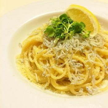 シンプル・イズ・ベスト! しらすと粉チーズを和えて、あとはレモンをたっぷりかけるだけの簡単レシピです。