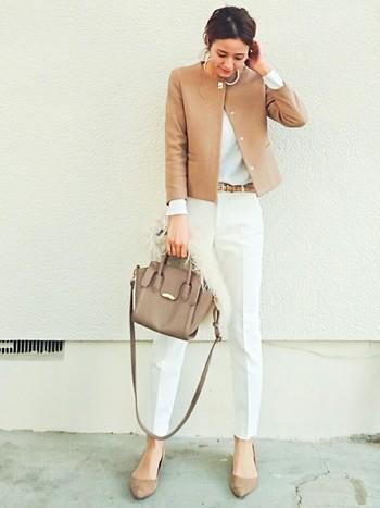 ホワイト×ベージュでまとめた清潔感のあるパンツスタイル。 華美になりすぎず、程よいきちんと感がポイントです。  ヘアアレンジやアクセサリーで自分らしさを出しましょう。