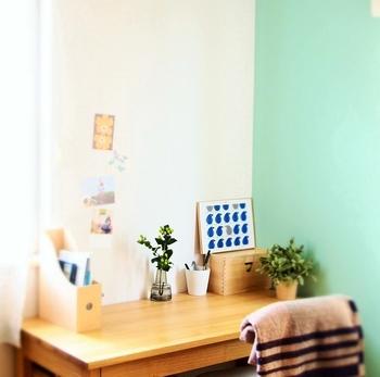 シンプルな無印のデスクは大人の作業用机としてもおすすめです。小さなグリーンやポストカードなどを飾って、お気に入りのエリアに仕上げています。