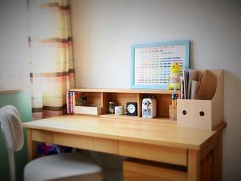 壁に付けられる棚を机に置いて、細かいものを整理するのに使っています。棚の奥行が狭いので、勉強エリアも広々と取ることができますね。
