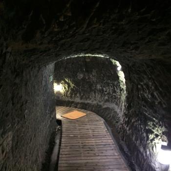お風呂に行く際にはこんな洞窟を通り、探検気分も味わえますよ。