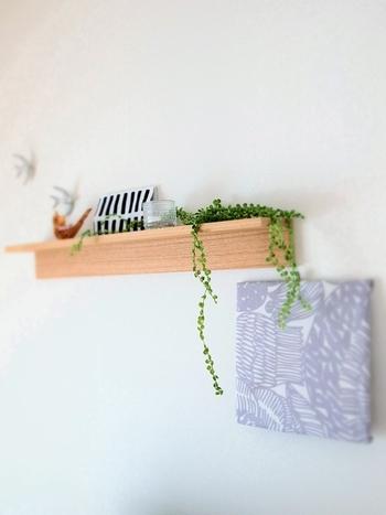 高めの位置に取り付けた棚からグリーンをたらりと垂らしてあげると動きが出て、お部屋の空気が途端に生き生きと感じられます。お気に入りのファブリックボードを近くに取り付け、大好きなインテリアコーナーを演出。