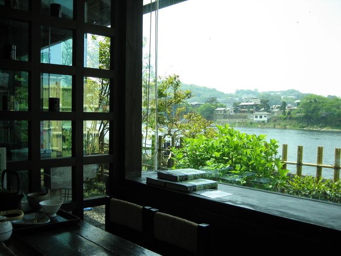 宇治川を望む茶房では、挽きたての抹茶をふんだんに使った、スウィーツや食事が頂けます。