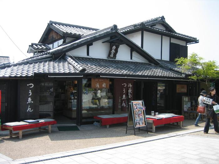 宇治橋の東詰にある「通圓」は、平安末期の1160年創業、850年も続く大老舗の茶店。古くから旅人の茶飲処として親しまれてきた日本最古の茶店です。茶房が併設された店内は、民芸調で落ち着いた雰囲気です。