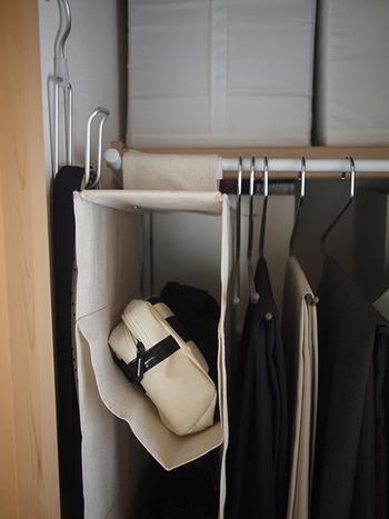 こちらはバッグホルダーです。バッグを寝かせるように収納することができるので、大切なバッグも美しく片付けられます。モノは定位置を決めることで、使いやすく、管理しやすくなります。