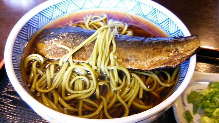"""【「通圓」人気の""""茶そば""""を使った、京都名物の『にしんそば』。茶そばには、通圓自慢の有機栽培の抹茶がたっぷりと練り込まれているので、一般の""""にしんそば""""よりも、後味が爽やか。宇治ならではの逸品です。】"""