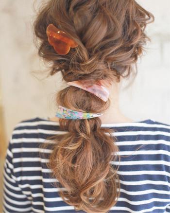 女性らしいゆるふわアレンジ。バレッタをゴムのように結び目に付けるのが新鮮です。シンプルな洋服に賑やかなヘアアクセが映えますよ。