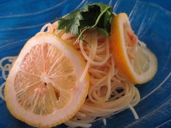 暑い日にぴったりの冷製パスタ。 輪切りのレモンを添えれば、見た目にも涼しいですね。