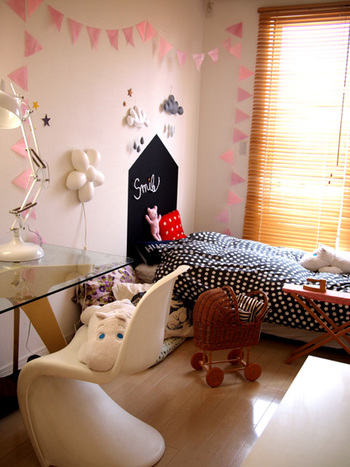 ガーランドを枕元を取り囲むように取り付けると華やかな雰囲気に。ベッドが特別な空間に早変わり。お子さんが気に入りすぎて、子供部屋から出てこなくなるかも!?
