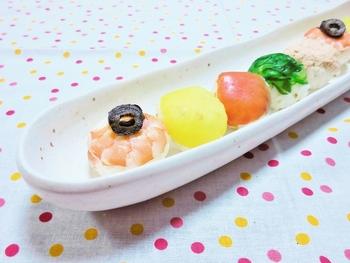こちらは洋風の手まり寿司。たくわん、ツナ、スモークサーモン、茹でエビなどを使って、華やかに仕上げました。 生ものが一切無いのでお弁当の一品にもぴったりです!