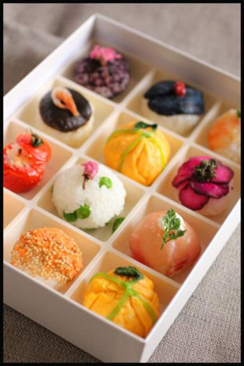 お花見の季節にぴったりなお花見弁当。10種類のいろいろな手まり寿司がいっぱいです!彩りも美しく、まるで、宝石箱見たいに美しい手まり寿司です。