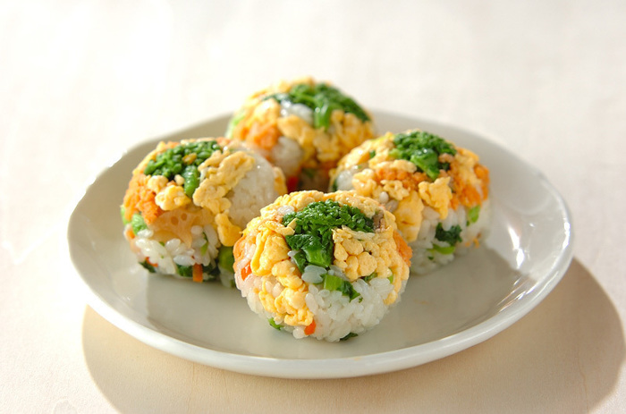 菜の花がお花畑に咲いたみたいな、丸くて可愛いらしい手まりお寿司。春の行楽のお供にいかがでしょう♪