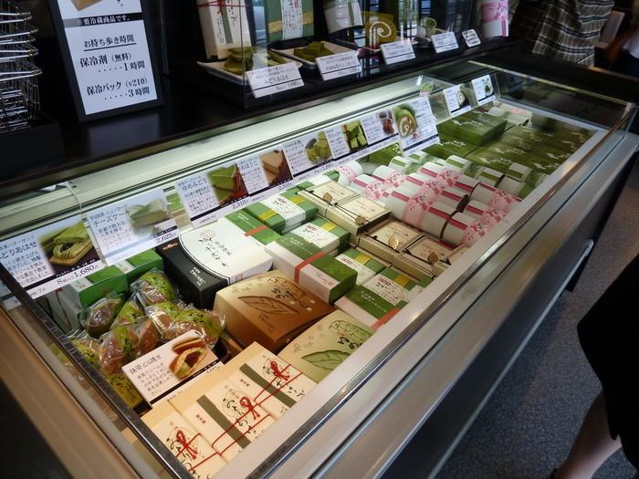 「伊藤久右衛門」の物販コーナーも充実しています。抹茶や煎茶、ほうじ茶等の茶類の他、抹茶だいふくや抹茶あんみつといった生和菓子、生チョコレートやっ抹茶ロールケーキ等の洋菓子類、抹茶を使った日本酒やワイン、抹茶カレーや抹茶そば等など、眺め回るだけでも心躍るラインナップです。