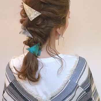 くるりんぱと三つ編みのミックススタイル。襟足に後れ毛を残せば女性らしさもUPします。3つのヘアアクセの形を揃えるのもおしゃれ!
