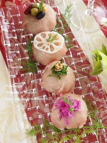寿司酢の代わりにバルサミコ酢を使ってつくる手ま寿司。生ハムで包み、お好みでレンコンのピクルスや豆、粒マスタードなどを添えた一品。具材はアレンジ自在!その時に気分で、おうちにあるものを飾っても楽しいですね♪