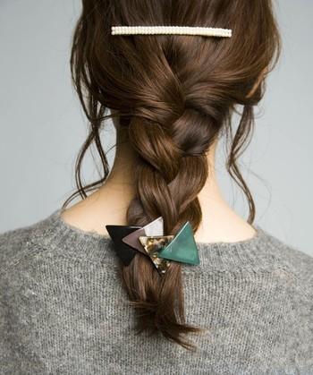 ゆったり編んだ三つ編みスタイルには、毛先をギュッとゴムで結ばず、ぜひバレッタで留めてみて。