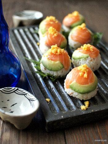 サーモンとアボカドの彩りが美しい手まり寿司。アボカドのクリーミーさが、お寿司に良く合います。サーモンは生でもスモークサーモンでもお好みのものを使ってみて下さいね!