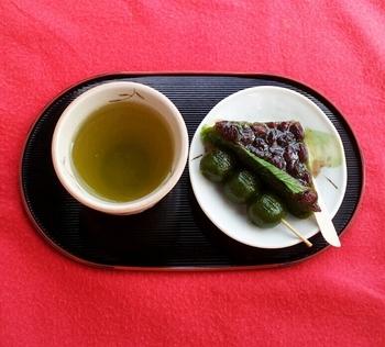宇治橋東詰交差点に位置する「駿河屋」は、茶団子で知られる有名和菓子店。種類豊富な菓子が並ぶ店内には、手軽に頂ける茶席が併設され、手軽に宇治名物が頂けます。