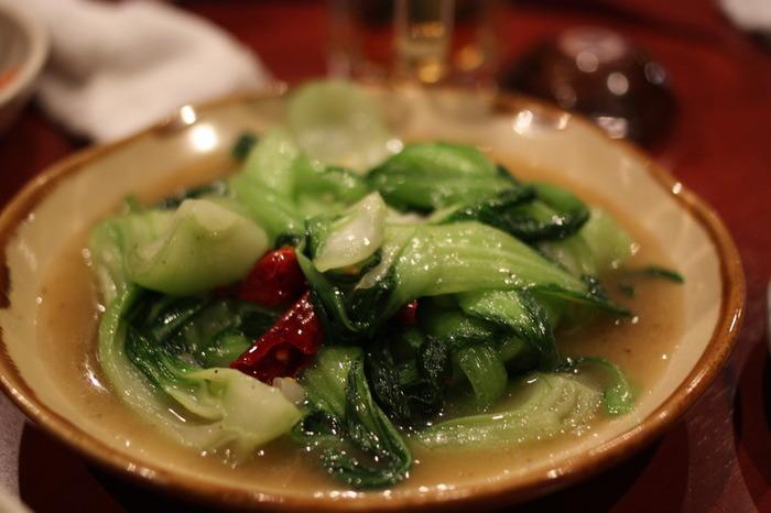 唐辛子は彩と辛みを添えるため、韓国料理には欠かせない食材です。唐辛子が入っているのでどの料理も体が温まること間違いなしです。また山菜を使っているのも彩がいいですよね。