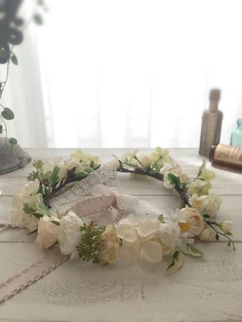 ガーリーな花冠。お気に入りのコーナーに飾ったり、壁に掛けたりするだけでかわいらしいインテリアに。