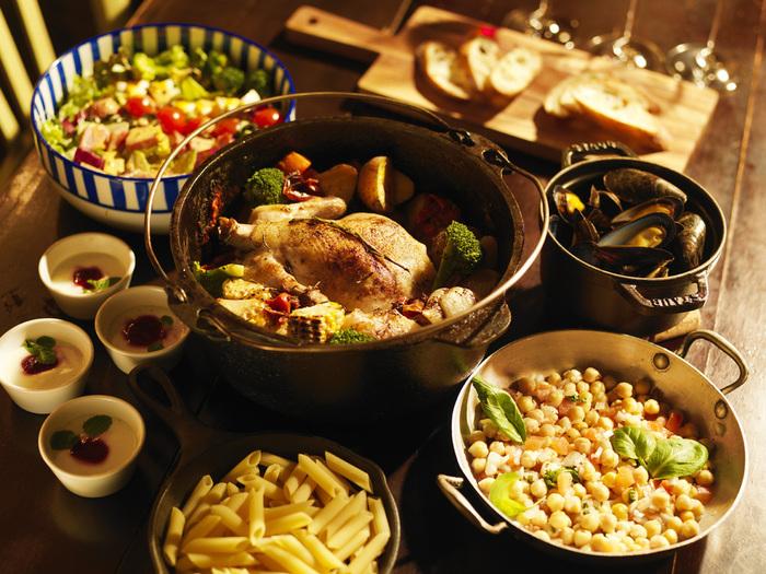 ダッチオーブン料理を鍋ごと食卓の真ん中に置くだけで、ほら!こんなに華やかでワクワクした食卓になります。
