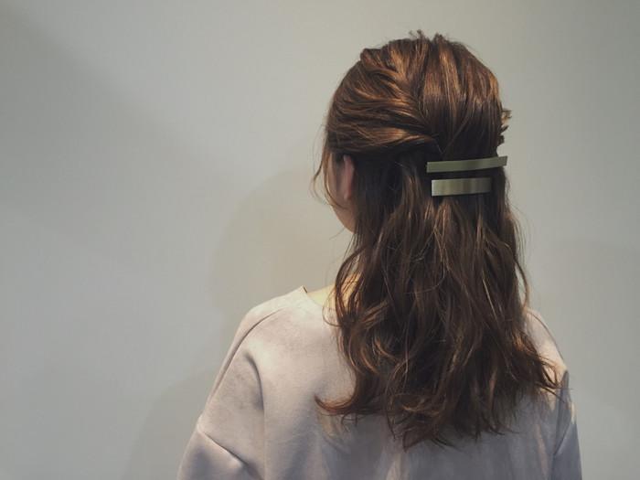 両サイドからねじった毛束をバレッタで留めただけの簡単スタイル。バレッタを2個使う事でシックに大人っぽく演出することが出来ます。朝の忙しい時でも簡単にできるアレンジスタイルです。