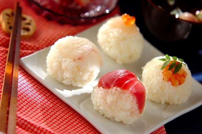 お寿司はみんなが大好きなメニュー。中でも、手まり寿司は、簡単に作れるお寿司の可愛らしいアレンジです。手まり寿司の作り方やアレンジ、盛り付け方法などをまとめました。お祝いごとや、パーティー、記念日などの特別な日に、是非作ってみてはいかがでしょうか!
