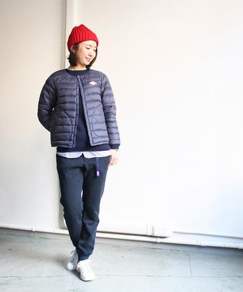 ショート丈のダウンジャケットは、小柄の方におすすめ。下半身の見える部分が大きいため、足長効果でバランス良くスタイリングができます。